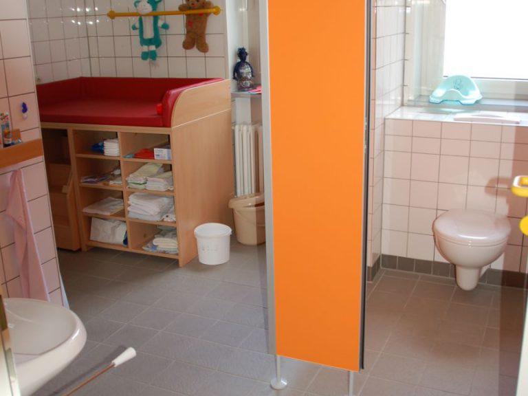 Toilette mit Wickeltisch und Dusche