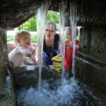Zwei Kinder spielen im Sommer am Brunnen der Johannes-Vatter-Schule.
