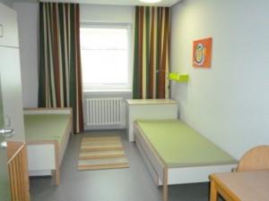 Ein Zimmer, in dem die Eltern mit ihren Kinder in der Wechselgruppe übernachten können.