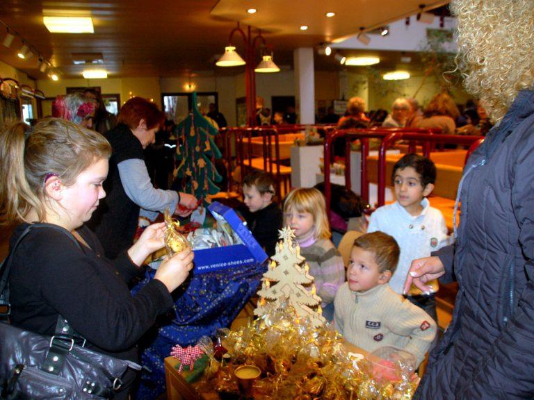 Wir verkaufen Plätzchen auf dem Weihnachtsmarkt