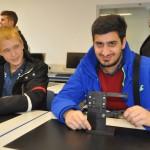 Ahmet und Alexander begutachten ein Werkstück der AZUBIS Industriemechaniker