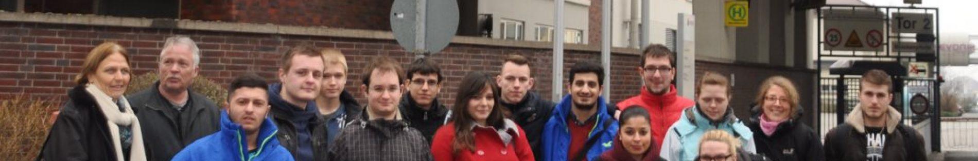 Die Berufsschüler der Johannes-Vatter-Schule vor dem Werkstor bei EVONIK in Darmstadt