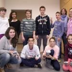 Stolz präsentieren die Schülerinnen und Schüler der Johannes-Vatter-Schule ihre ersten Roboter.