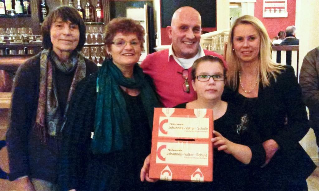 Familie Alessandro übergibt die Spende an den Förderverein.