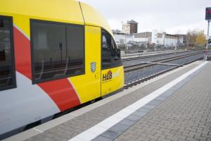 Der Lint41 wartet auf die Signalisierung zur Ausfahrt. Der Triebwagen wurde 2006 gebaut.
