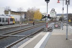 Diese Frau bringt sich in Gefahr, weil sie eine Abkürzung über die Gleise nimmt.