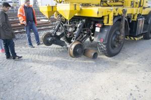 Dieser Bagger kann auf Schienen genauso wie auf der Straße fahren.