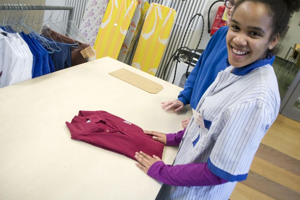 Delfina hat ein T-Shirt zusammengelegt. Mit ein bisschen Hilfe.