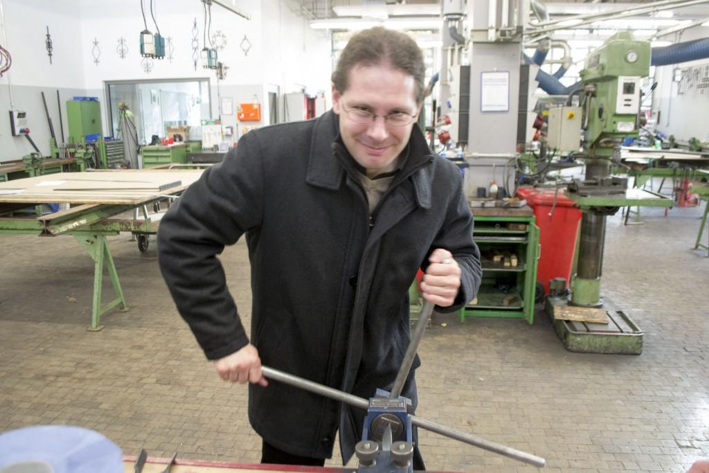 Herr Eufinger dreht auch ein Eisenstück.