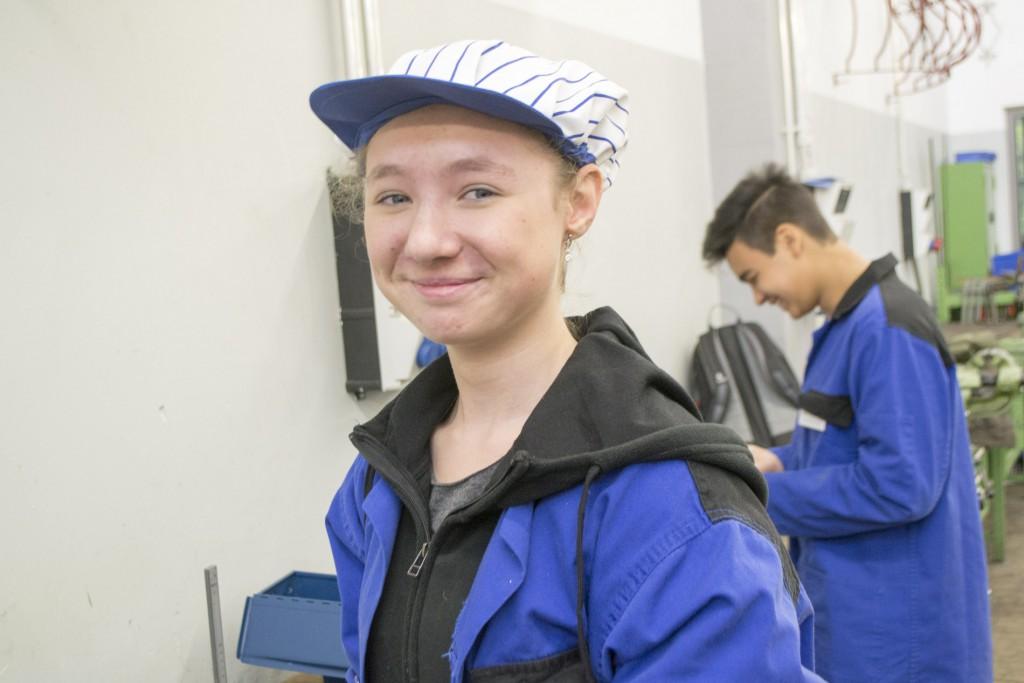 Jennys Haare mussten unter eine Mütze, wenn sie an der Bohrmaschine gearbeitet hat.
