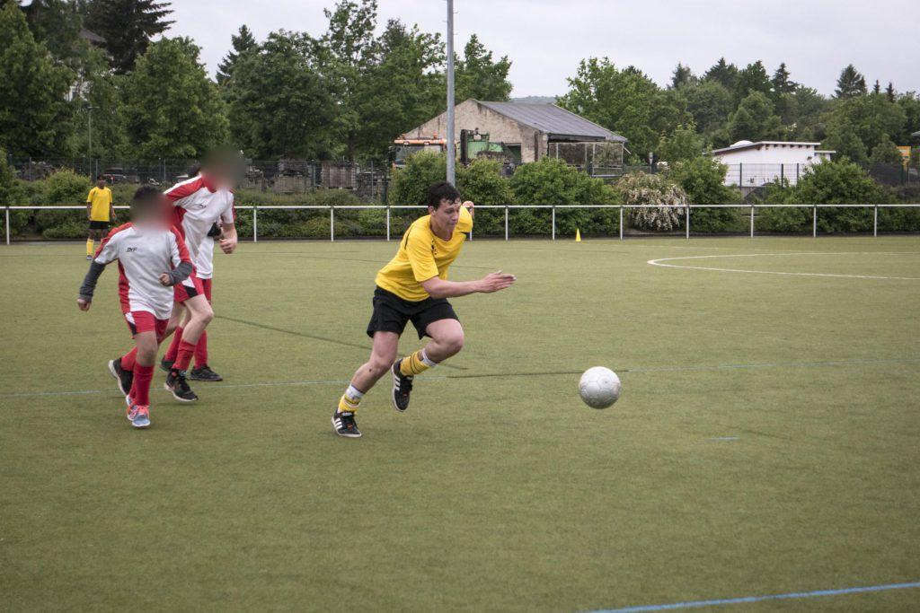 Thomas sprintet dem Ball hinterher.