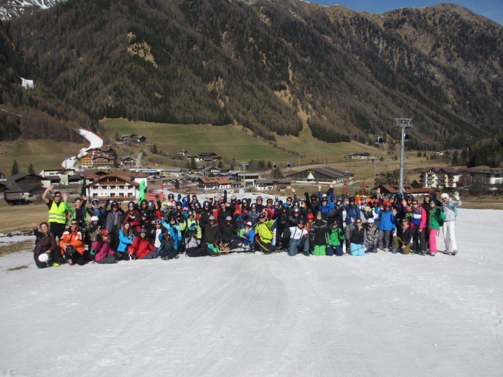 Gruppenfoto von Schülerinnen und Schüler aus Homberg, Friedberg und Frankfurt (mit Lehrern)