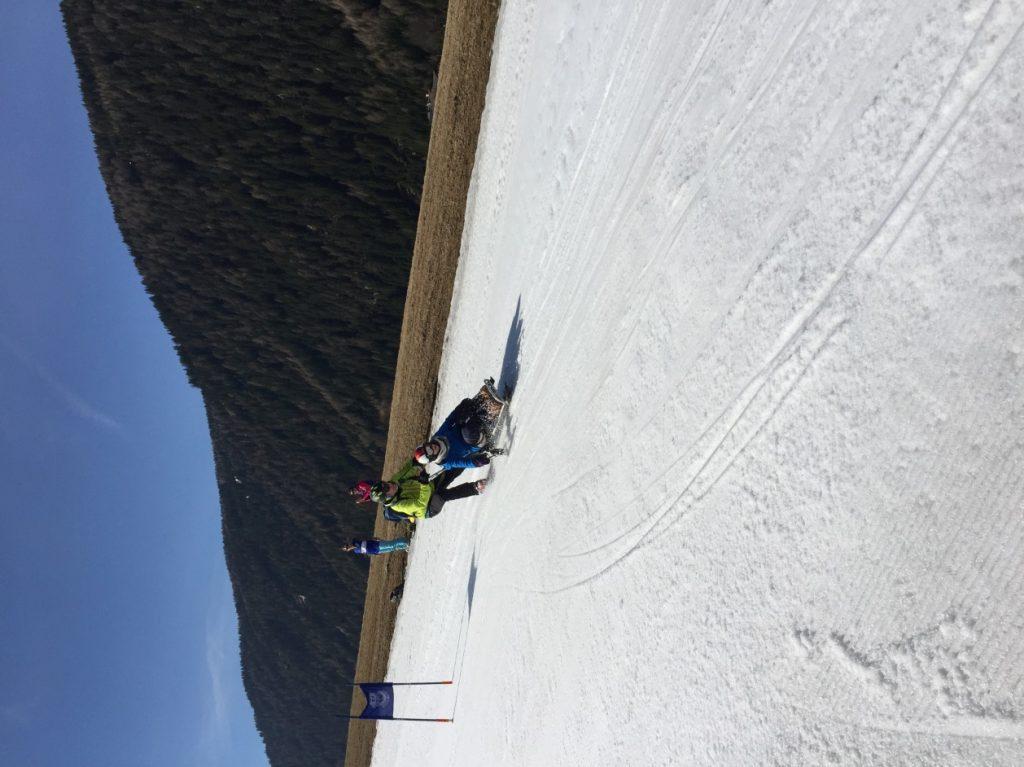Mit Bi-Ski sind Marie und Herr Thaler beim Rennen auch dabei.