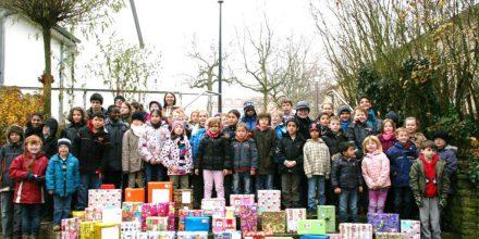 Alle Kinder aus der Grundstufe präsentieren ihre selbstgepackten Weihnachtspakete.