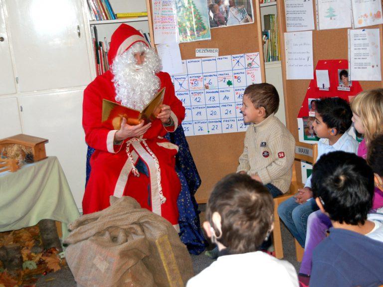 Der Nikolaus ist gekommen und hat zwei Säcke und ein goldenes Buch mitgebracht.