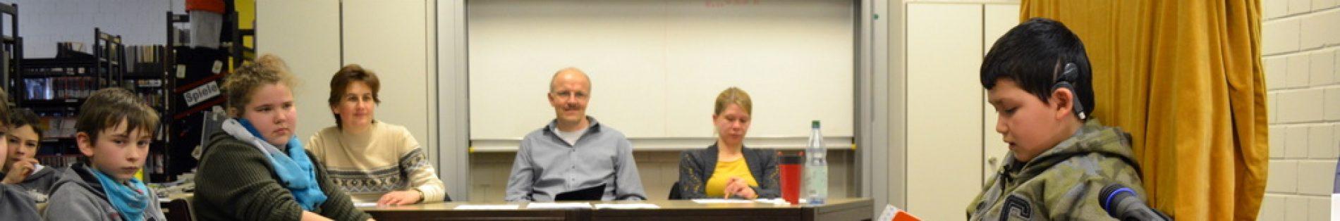 Die Jury lauscht dem Vortrag eines Teilnehmers.
