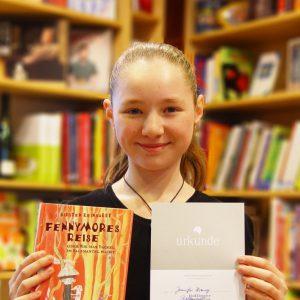 Jenny mit Buchgeschenk und Urkunde