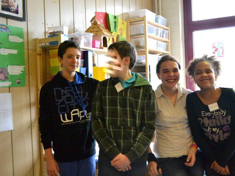 Julian, Mandy und Delfina begrüßen die Besucher.