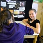 Jenny erklärt, wie die Römer früher auf Wachstafeln geschrieben haben.
