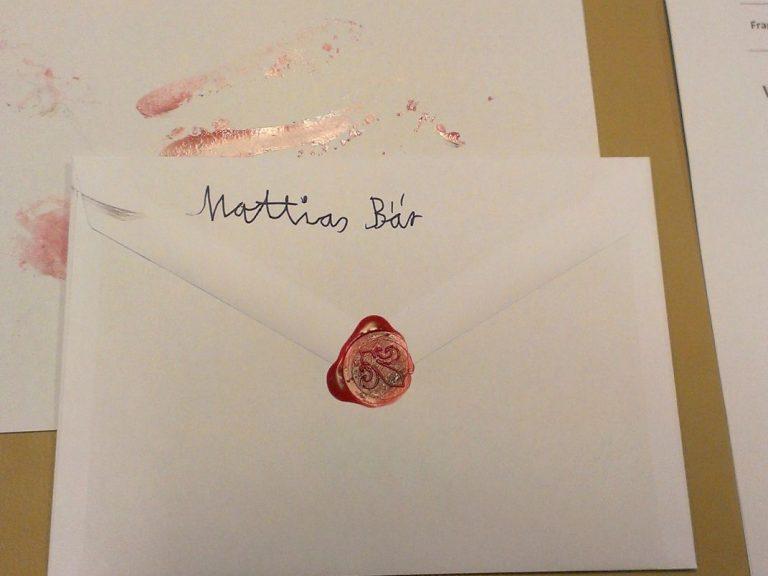 Ein Brief, der mit Siegelwachs versiegelt wurde.