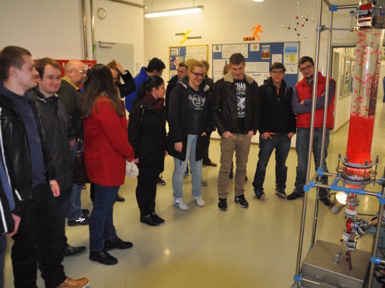 Unsere Schüler bestaunen die Lavalampe - in der Chemieabteilung