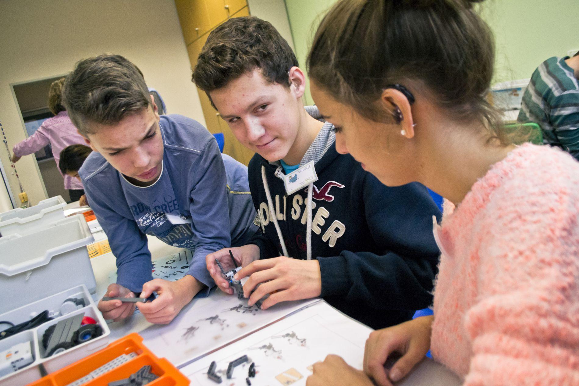 Julian, Thomas und Alessandra bauen ihren ersten Roboter, einen Grashüpfer.