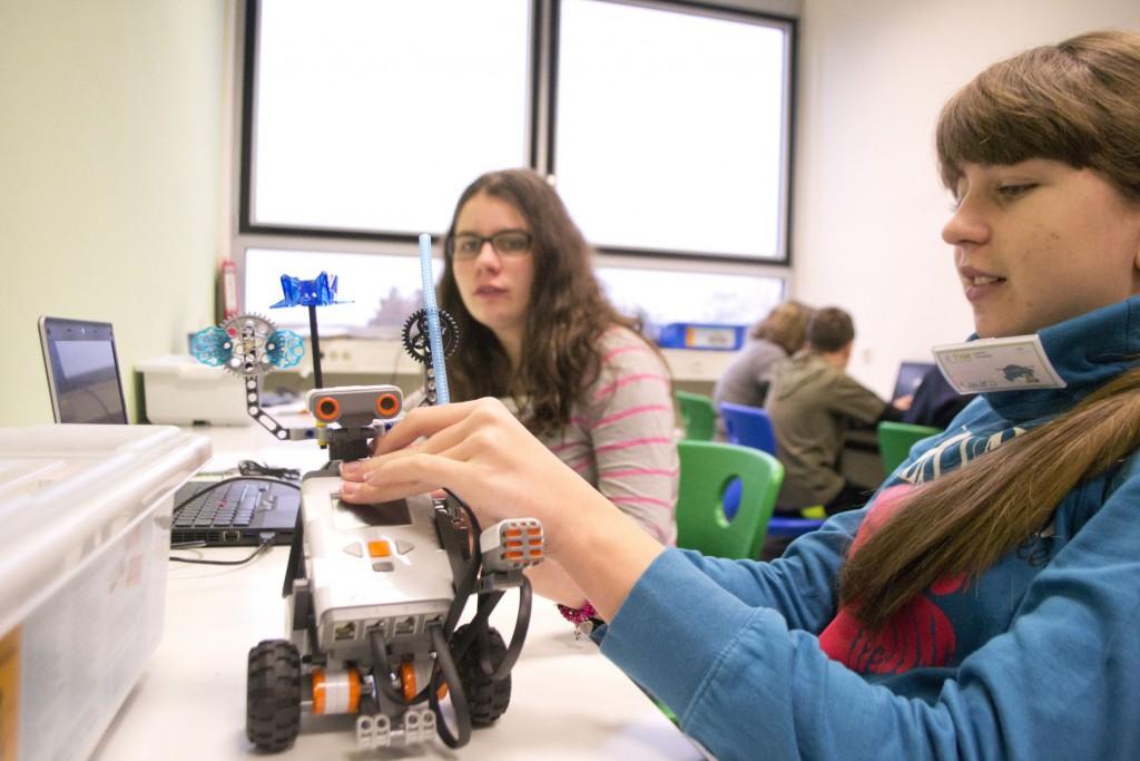 Luisa und Laura programmieren Roberta.