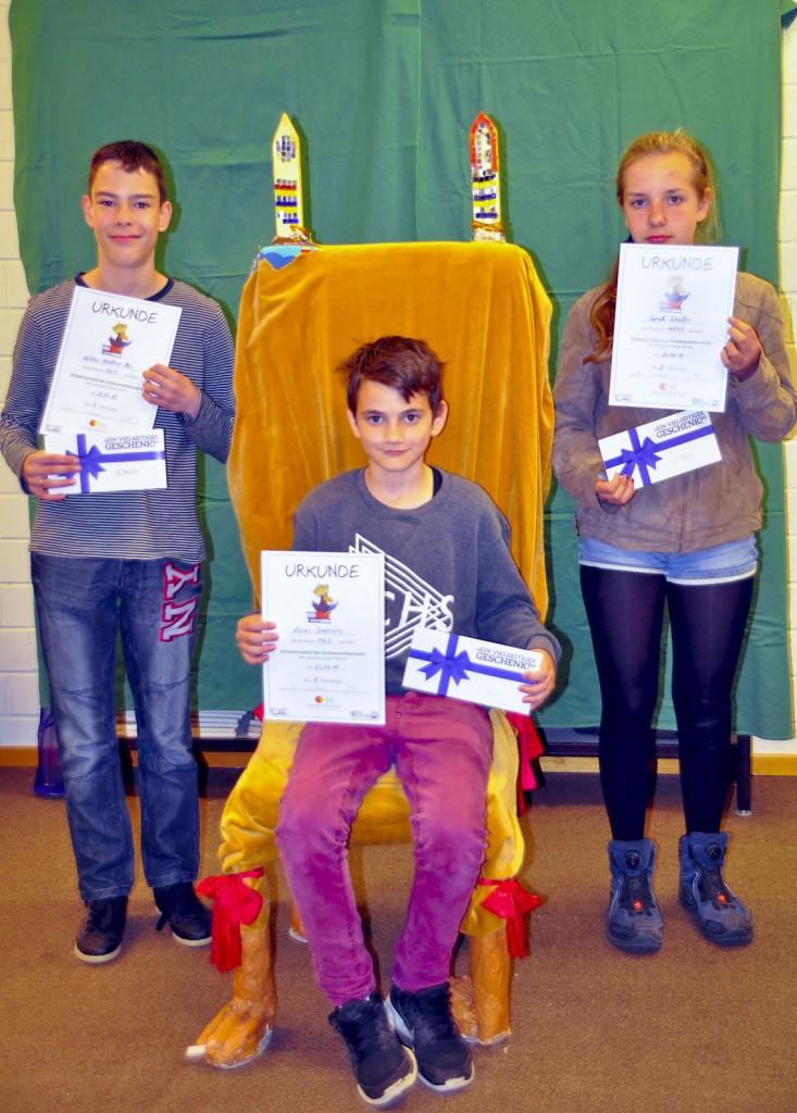Die Sieger des Vorlesewettbewerbs der Johannes-Vatter-Schule: Mitte: Lucas (1. Platz), rechts: Sahra (2. Platz), links: Niklas (3. Platz)