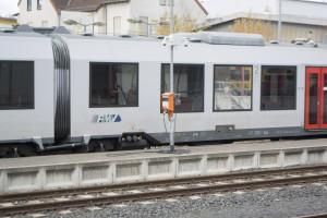 Hier sieht man einen kleinen orangenen Kasten, der dafür verwendet wird, die Züge an den Strom zu hängen, wenn sie eine Weile stehen müssen.
