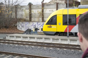 Hier sieht man einen Prellbock. Der Prellbock ist zur Sicherheit da, damit, wenn der Zug nicht rechtzeitig bremst, er gegen den Prellbock fährt und nicht entgleist.