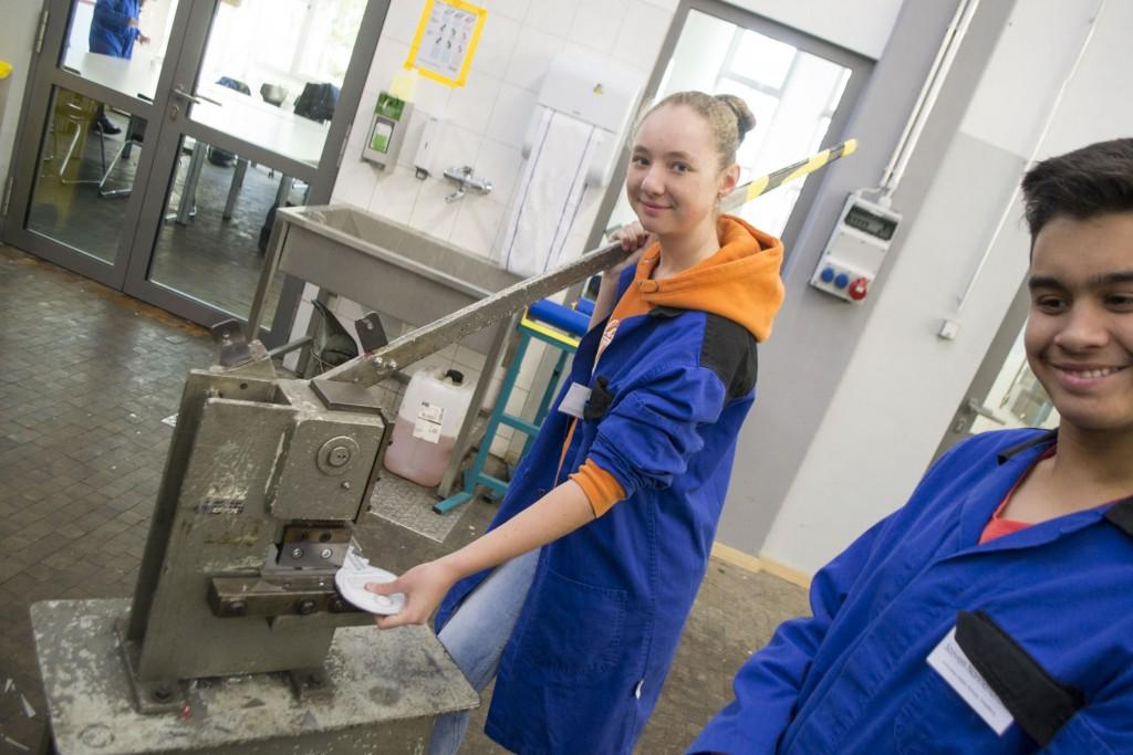 Hier sieht man Jenny, wie sie nach der Vorlage das Stück Eisen zurecht schneidet.