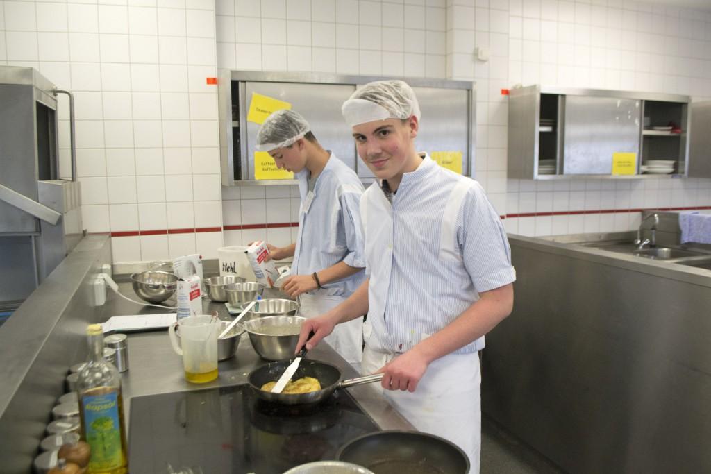 Julian und Gabriel backen Pfannkuchen.