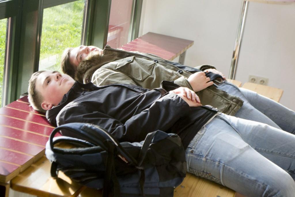 Julian und Gabriel entspannen nach einem anstrengenden Tag.