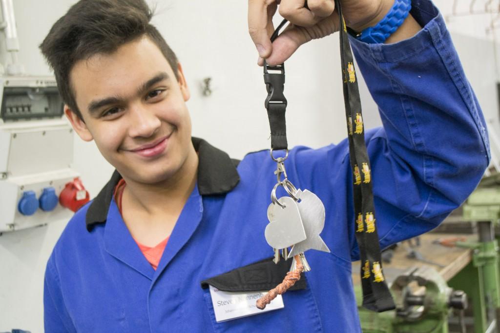 Steven zeigt seinen fertigen Schlüsselanhänger.