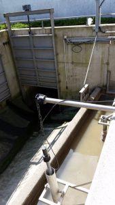 Zulauf (vorne): Das Abwasser fließt durch die Öffnung zur Rechenanlage. Wenn es sehr stark regnet, dann öffnet sich das Tor, sodass das Regenwasser in das Zwischenspeicherbecken fließen kann.