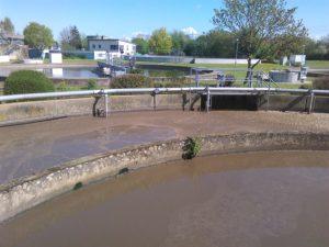 Das Belebungsbecken: Hier findet die biologische Reinigung statt. Bakterien werden zusammen mit Sauerstoff in das Wasser gegeben.