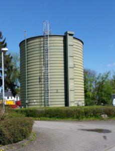 Der Faulturm: Der Schlamm bleibt 10 bis 12 Tage im Faulturm liegen. Dabei entsteht Gas. Dieses Gas wird in einem Gastank gespeichert.
