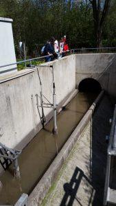 Zulauf (hinten): Das dreckige Wasser kommt aus dem Abfluss bzw. aus der Toilette, Dusche, Waschmaschinen.