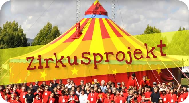Zirkuszelt mit allen Schülerinnen und Schüler an der Johannes-Vatter-Schule