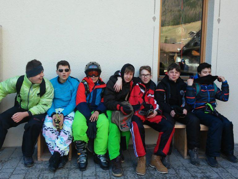 Wir warten am Skiverleih.