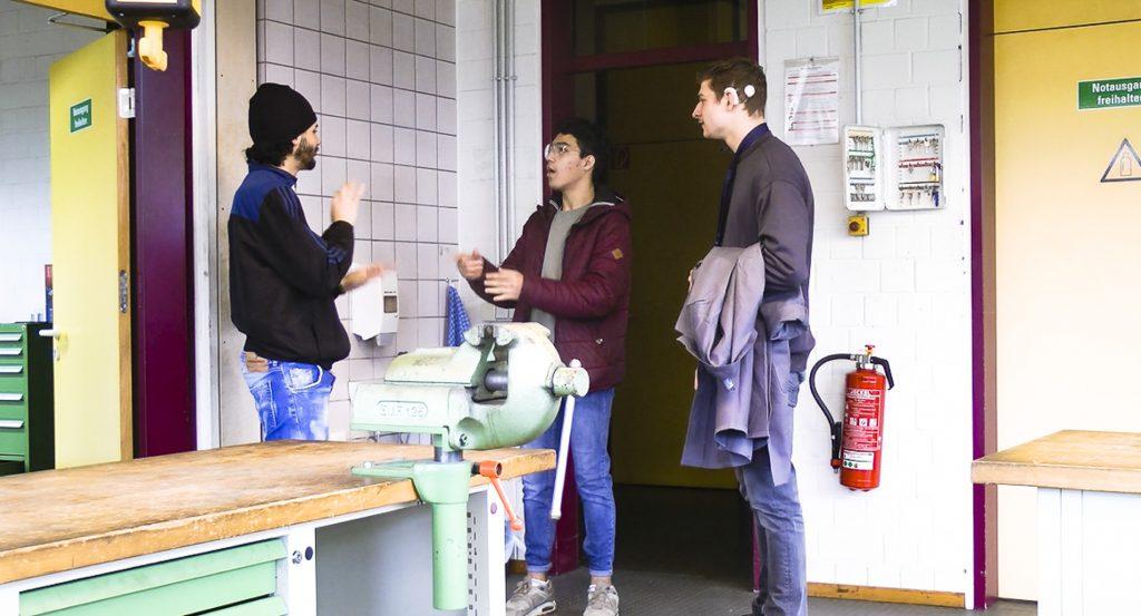 Filmszene: Probearbeiten im Betrieb, mit Gebärdendolmetscher