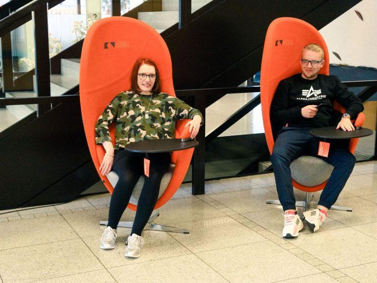 Zwei Schüler auf den modernen Stühlen