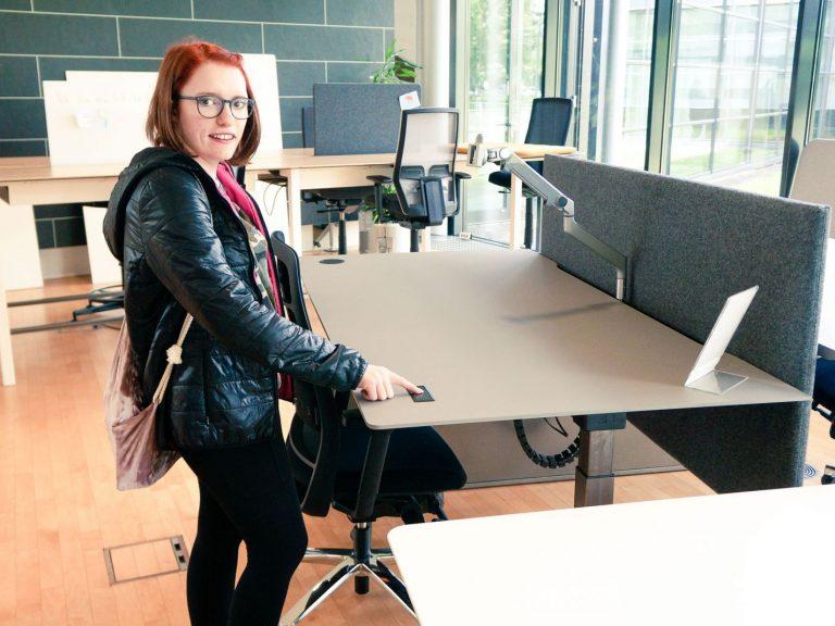 Schreibtisch höhenverstellbar über einen Touchscreen