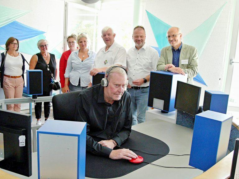 Bürgermeister Dirk Antkowiak und Vertreter der Friedberger Partnerstädte beim Hörtest