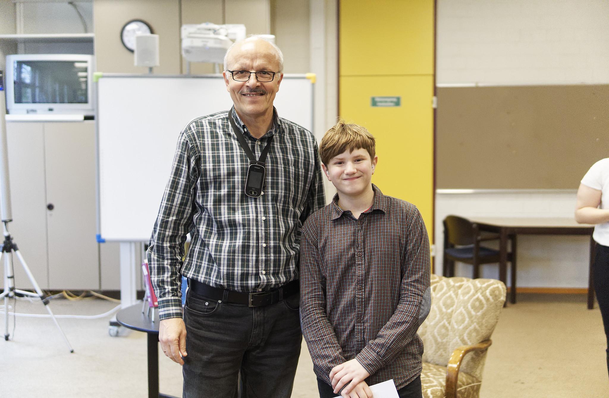 Schulleiter Herr Drach mit Schulsieger Ethan Punto