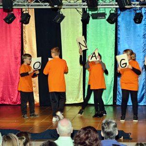 """Schülerinnen und Schüler beim Theaterstück """"Rabatz im Regenbogenland"""""""