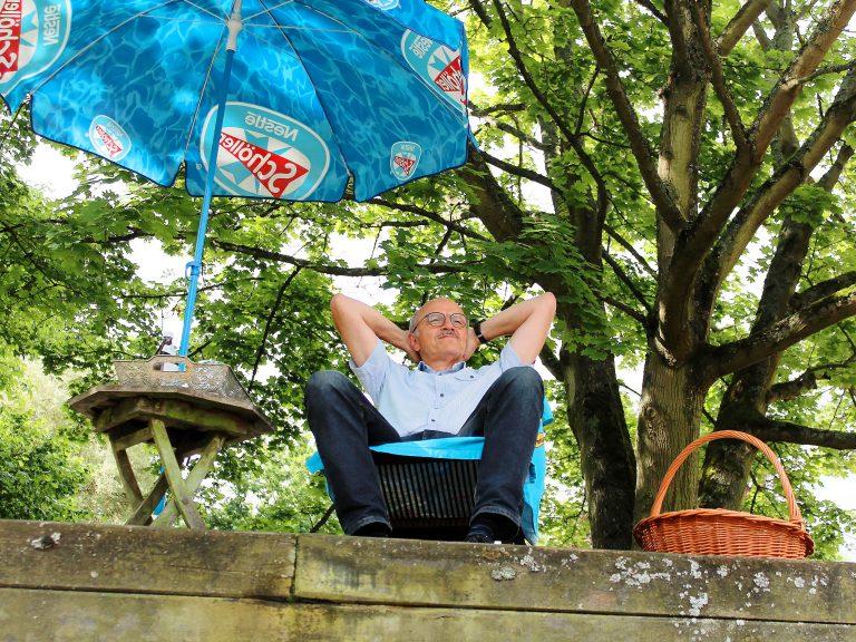 Herr Drach darf schon einmal in einem Liegestuhl für den Ruhestand üben.