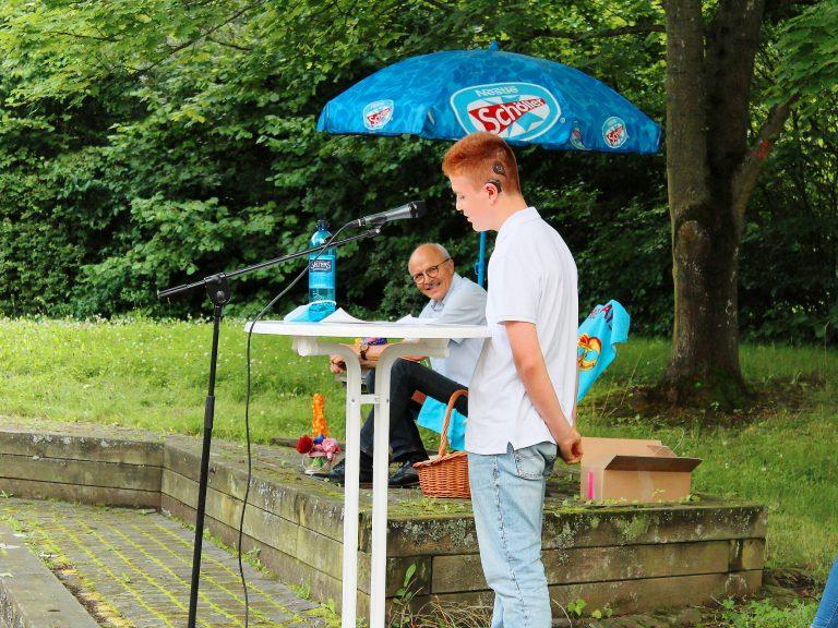 Schulsprecher Jair Willfahrt hält eine Rede.