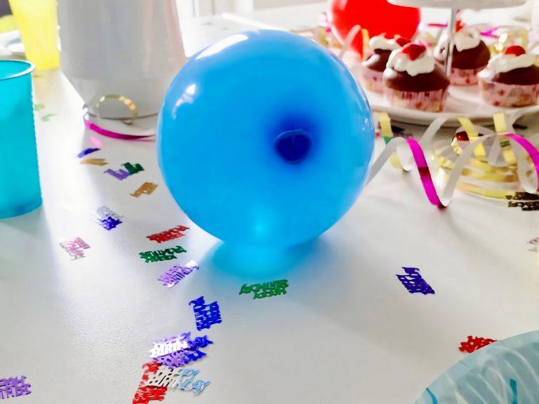 Geburtstagstisch mit leuchtenden Luftballons dekoriert