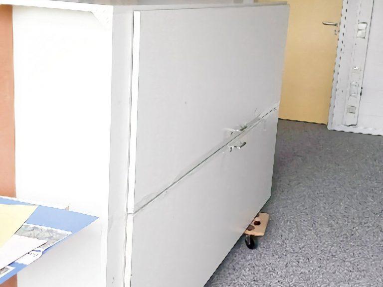 Als erstes mussten wir alle Sachen aus dem Schrank rausmachen. Danach haben wir den Schrank auf Rollbretter gestellt.
